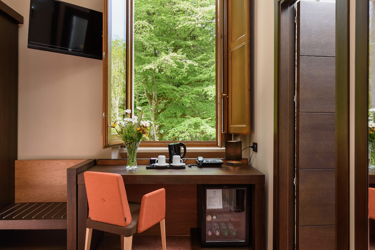 finestra sul bosco scrivania servizi