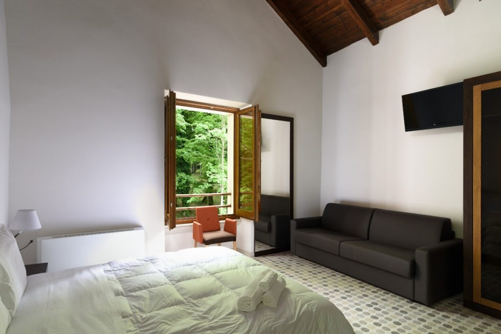 letto singolo divano finestra